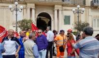 LAVORO - Oggi sit-in di protesta dei lavoratori Amiu e Infrataras sotto il Comune di Taranto. Presto la riconvocazione per discutere il Piano industriale
