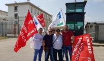 """IL CASO - Emergenza carceri. La protesta degli agenti di Polizia penitenziaria questa mattina davanti al """"Carmelo Magli"""" di Taranto"""