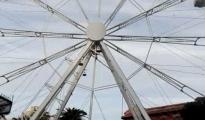 Taranto/ La Ruota panoramica in Piazza Garibaldi. Dopo la Pista di pattinaggio sul Ghiaccio in Piazza della Vittoria
