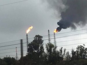 L'ALLARME/  Temporale provoca black-out: paura per fumo intenso e nero da tre torce dell'Eni