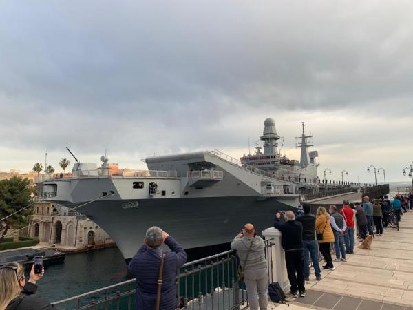 IL PASSAGGIO/ La portaerei Cavour ha lasciato l'Arsenale di Taranto dopo i lavori di ammodernamento per raggiungere la Base navale a Mar Grande